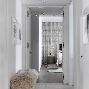 Foto de recibidores y pasillos contemporáneos con paredes blancas y suelo gris