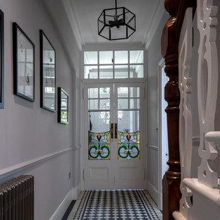 Свежая идея для дизайна: коридор среднего размера в викторианском стиле с бежевыми стенами, полом из керамогранита и разноцветным полом - отличное фото интерьера