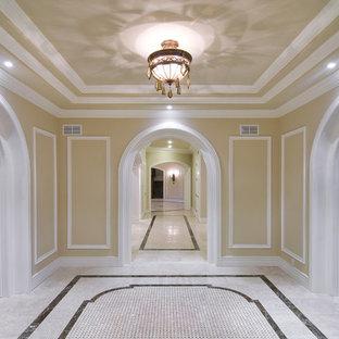 ニューヨークの中サイズのトラディショナルスタイルのおしゃれな廊下 (緑の壁、トラバーチンの床、マルチカラーの床) の写真