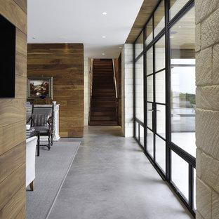 Cette photo montre un couloir tendance avec béton au sol et un sol gris.