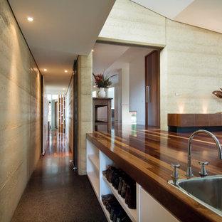Свежая идея для дизайна: маленький коридор в стиле модернизм с желтыми стенами и бетонным полом - отличное фото интерьера