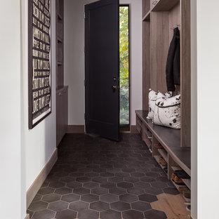 デンバーの中サイズのエクレクティックスタイルのおしゃれな廊下 (白い壁、無垢フローリング、ベージュの床) の写真