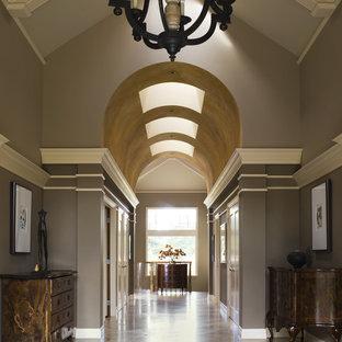 Пример оригинального дизайна: большой коридор в классическом стиле с коричневыми стенами и мраморным полом