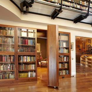 Geräumiger Moderner Flur mit beiger Wandfarbe, braunem Holzboden und braunem Boden in New York