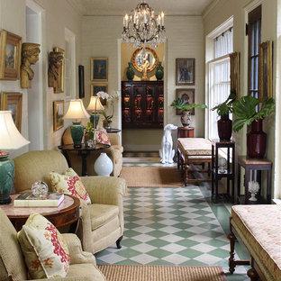 アトランタの広いトラディショナルスタイルのおしゃれな廊下 (ベージュの壁、磁器タイルの床、マルチカラーの床) の写真