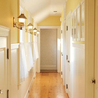 Idee per un ingresso o corridoio country di medie dimensioni con pareti gialle, pavimento in legno massello medio e pavimento giallo