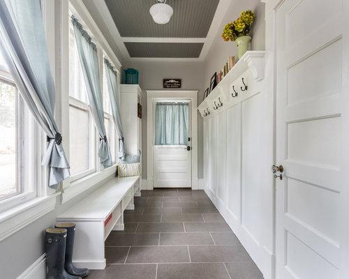 rustikaler flur mit porzellan bodenfliesen design ideen. Black Bedroom Furniture Sets. Home Design Ideas
