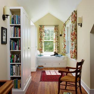 Стильный дизайн: коридор среднего размера в стиле кантри с желтыми стенами и паркетным полом среднего тона - последний тренд