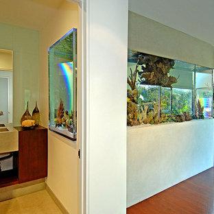 Стильный дизайн: коридор среднего размера в стиле модернизм с бежевыми стенами и паркетным полом среднего тона - последний тренд
