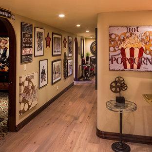 フェニックスのエクレクティックスタイルのおしゃれな廊下 (ベージュの壁、淡色無垢フローリング) の写真