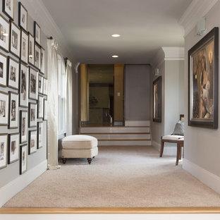 Imagen de recibidores y pasillos clásicos renovados, grandes, con paredes beige y moqueta