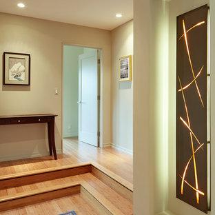 Пример оригинального дизайна: коридор среднего размера в современном стиле с бежевыми стенами, полом из бамбука и бежевым полом