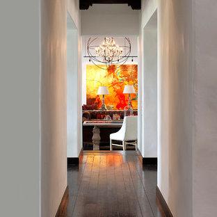 Источник вдохновения для домашнего уюта: коридор среднего размера в средиземноморском стиле с белыми стенами и темным паркетным полом
