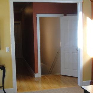 デンバーの中くらいのおしゃれな廊下 (オレンジの壁、淡色無垢フローリング) の写真