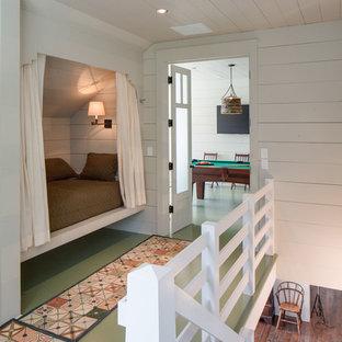 Inredning av en lantlig mellanstor hall, med vita väggar, målat trägolv och grönt golv