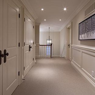 Bild på en vintage hall, med vita väggar, heltäckningsmatta och grått golv