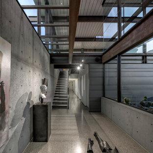 Immagine di un ingresso o corridoio industriale con pareti grigie