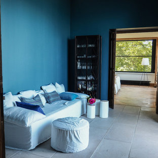ロンドンのビーチスタイルのおしゃれな廊下 (青い壁、ライムストーンの床) の写真