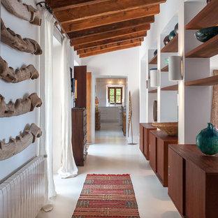 他の地域の中くらいの地中海スタイルのおしゃれな廊下 (白い壁、白い床) の写真