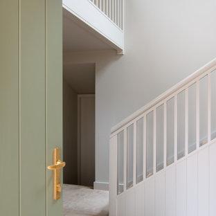 Inspiration för en stor skandinavisk hall, med vita väggar, kalkstensgolv och beiget golv
