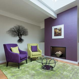 Inspiration pour un couloir design de taille moyenne avec un mur violet, un sol en bambou et un sol marron.