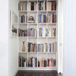 Idéer för att renovera en mellanstor vintage hall, med vita väggar, mörkt trägolv och brunt golv