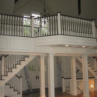 Inspiration för en stor vintage hall, med mellanmörkt trägolv