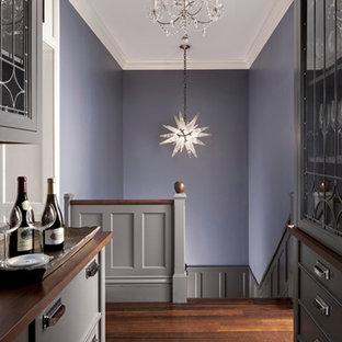 Cette image montre un grand couloir traditionnel avec un mur violet et un sol en bois foncé.