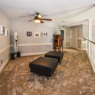 ヒューストンの広いコンテンポラリースタイルのおしゃれな廊下 (グレーの壁、カーペット敷き) の写真