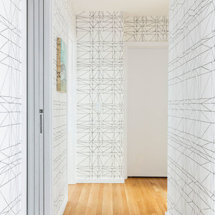 Mittelgroßer Mid-Century Flur mit weißer Wandfarbe, hellem Holzboden und beigem Boden in Portland