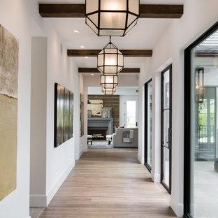 Esempio di un ampio ingresso o corridoio tradizionale con pareti bianche e parquet chiaro