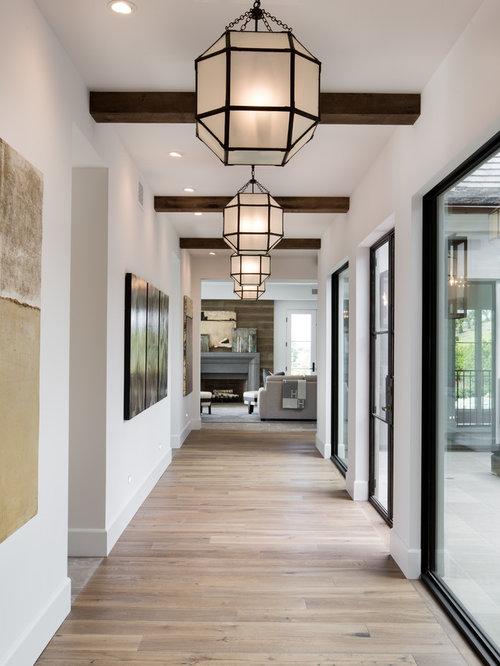 Tr s grand couloir avec un sol en bois clair photos et for Deco grand couloir