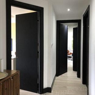 Cette image montre un couloir minimaliste.