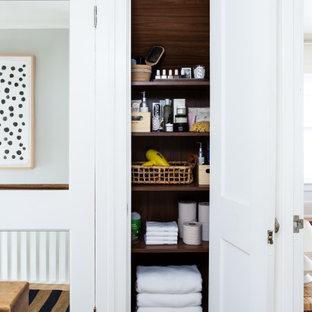 Idéer för att renovera en liten 60 tals hall, med vita väggar, ljust trägolv och beiget golv