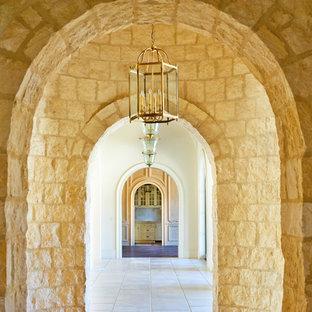 Свежая идея для дизайна: большой коридор в средиземноморском стиле с полом из известняка - отличное фото интерьера