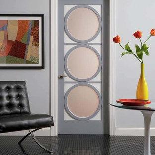 Idee per un ingresso o corridoio minimalista di medie dimensioni con pareti grigie e pavimento in vinile