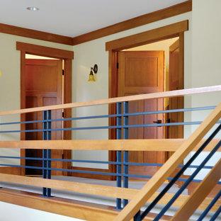 Idéer för mellanstora lantliga hallar, med gula väggar