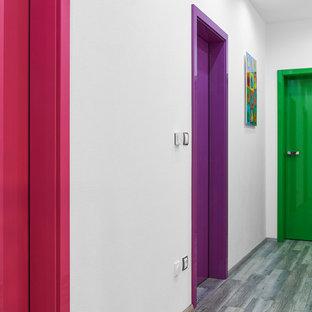 Esempio di un piccolo ingresso o corridoio moderno con pareti bianche