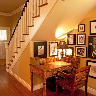 Exempel på en mellanstor klassisk hall, med beige väggar, mellanmörkt trägolv och brunt golv
