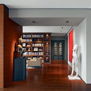 Foto de recibidores y pasillos de estilo zen con paredes blancas y suelo de madera oscura