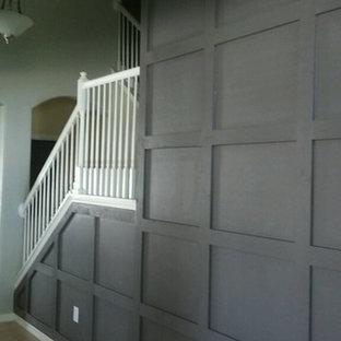 タンパの中くらいのトランジショナルスタイルのおしゃれな廊下 (グレーの壁、カーペット敷き、茶色い床) の写真