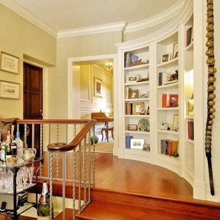 Идея дизайна: коридор среднего размера в классическом стиле с бежевыми стенами и паркетным полом среднего тона