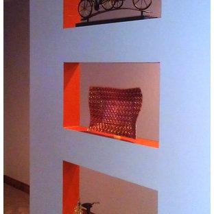 Ispirazione per un ingresso o corridoio boho chic con pareti arancioni e moquette