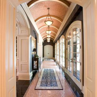 Foto de recibidores y pasillos tradicionales, grandes, con suelo multicolor