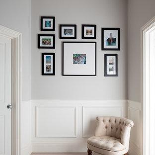 Foto de recibidores y pasillos clásicos, de tamaño medio, con moqueta y paredes grises