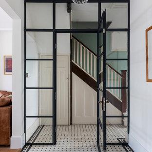 ロンドンのコンテンポラリースタイルのおしゃれな廊下 (白い壁、白い床) の写真