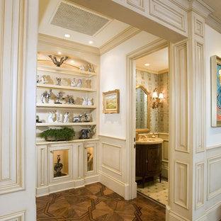 Idéer för en klassisk hall, med vita väggar och mörkt trägolv