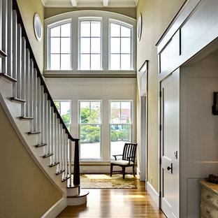 На фото: класса люкс большие коридоры в классическом стиле с зелеными стенами и паркетным полом среднего тона