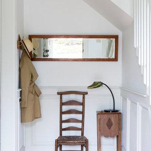 Создайте стильный интерьер: маленький коридор в стиле кантри с белыми стенами и паркетным полом среднего тона - последний тренд