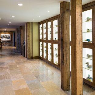 他の地域の広いラスティックスタイルのおしゃれな廊下 (ライムストーンの床、ベージュの壁、マルチカラーの床) の写真